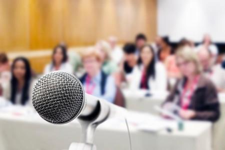 Microfone vocal com audiência fora de foco