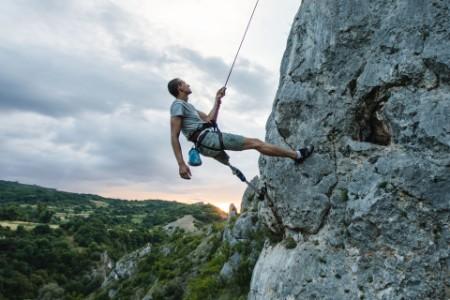 義足で登山に挑む男性