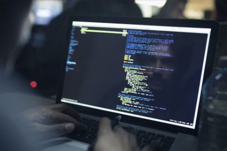 在電腦上寫程式的男性