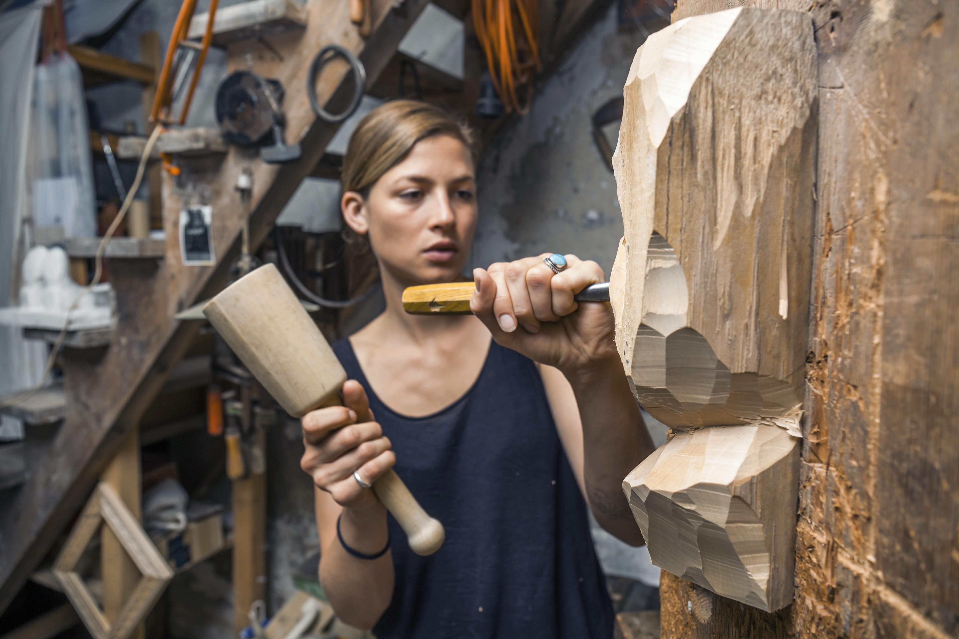 EY-Parthenon – Unternehmenskultur – Bildhauerin erstellt Skulptur