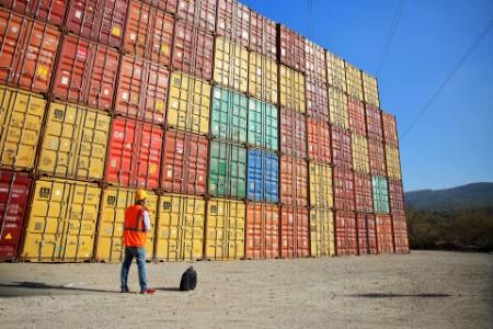 Ingénieur devant une pile de conteneurs