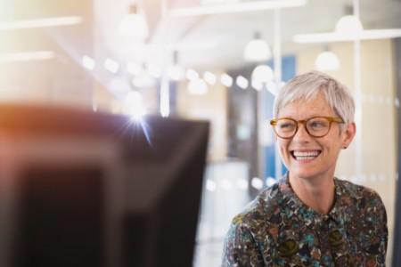 Енергійна ділова жінка дивиться в інший бік в офісі