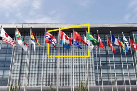 Bandeiras fora de um edifício de escritórios