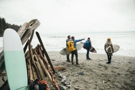 Amigos a aproveitar um fim de semana de surf numa praia agitada