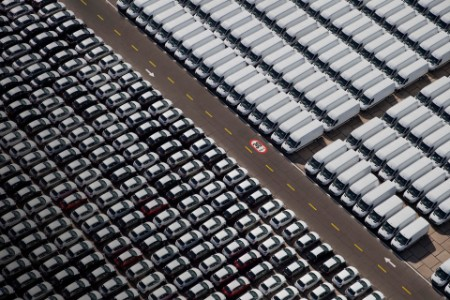 Novi avtomobili in kombiji na parkirišču