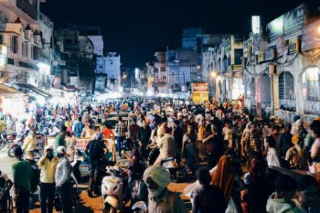 ey-crowd-city-street-sky-night-india