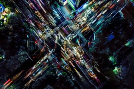 EY ‑ Perspective d'une drone sur les rues d'une ville