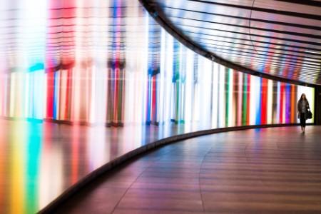 霓虹灯照亮的隧道中的女人