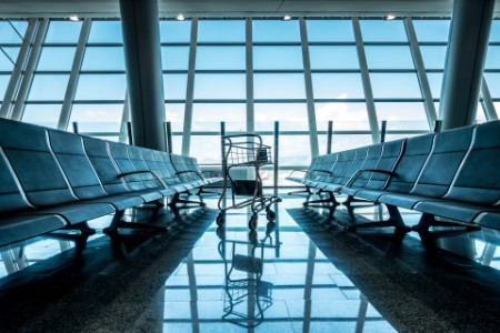equipaje vacío en la sala vacía del aeropuerto