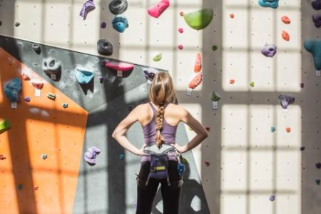 運動員在體育館檢視攀岩牆