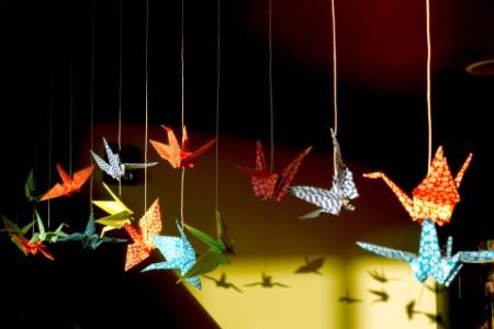 Origami-Vögel mit Fäden aufgehängt