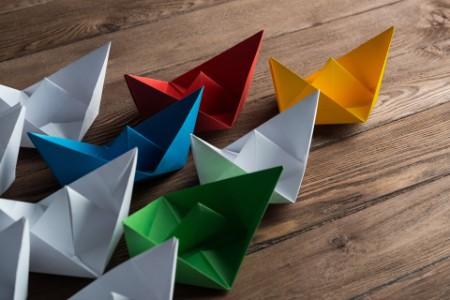Set de botes de origami sobre mesa de madera