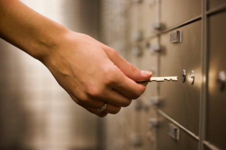 Donne che tengono la chiave con la mano per sbloccare l'armadietto