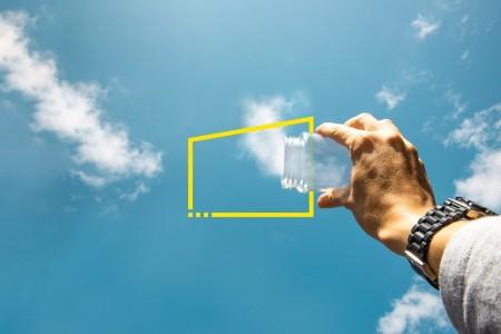 Het vangen van de wolken uit de lucht met een glazen pot
