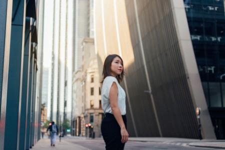 Una mujer de negocios mirando hacia otro lado en el distrito financiero de la ciudad