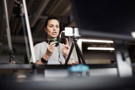Empresário fazendo apresentação através de teleconferência a partir do home studio