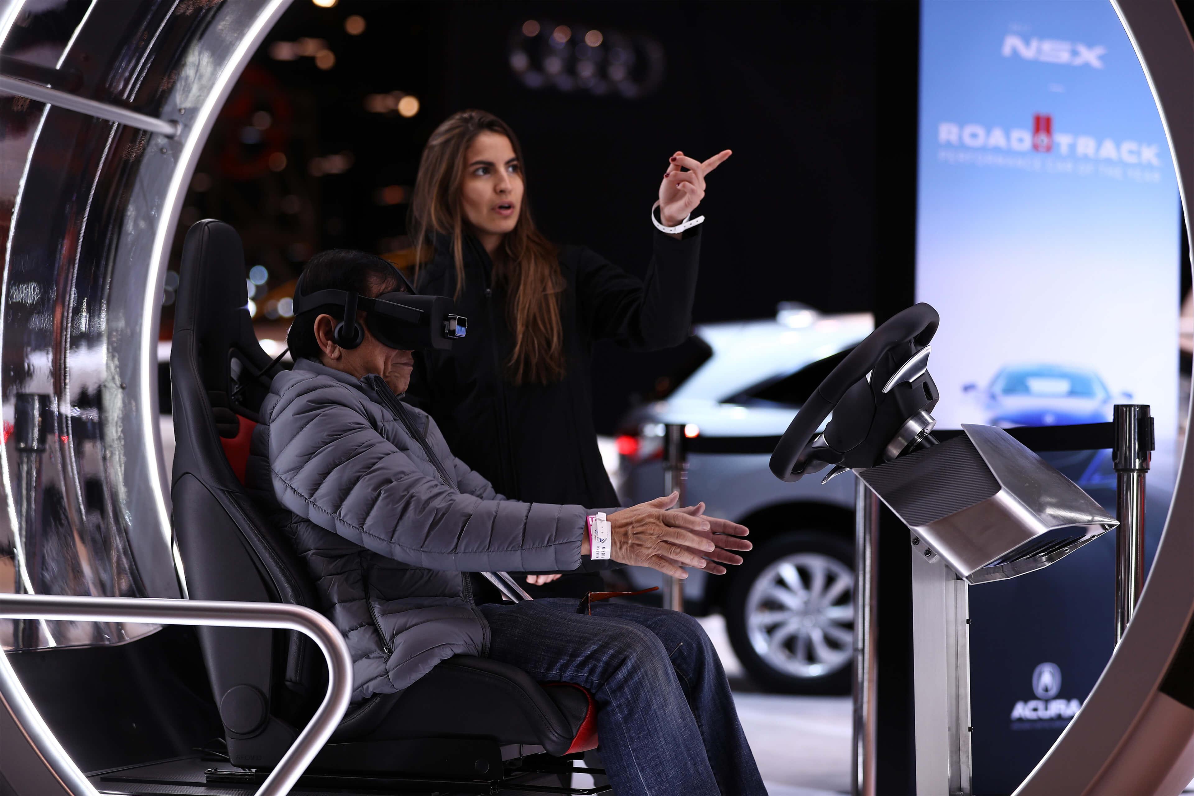 Člověk zkouší novou automobilovou technologii