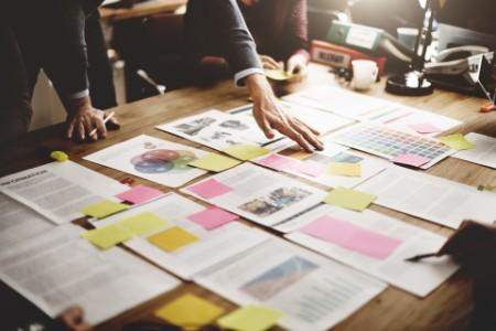 Yatırım teşvik mevzuatında yapılan yenilikleri inceleyen iş insanı