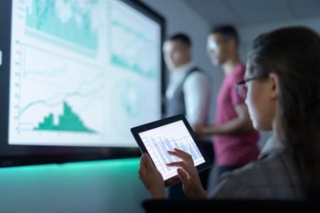 Dijital dönüşümü ekranlardan inceleyen iş insanları görseli
