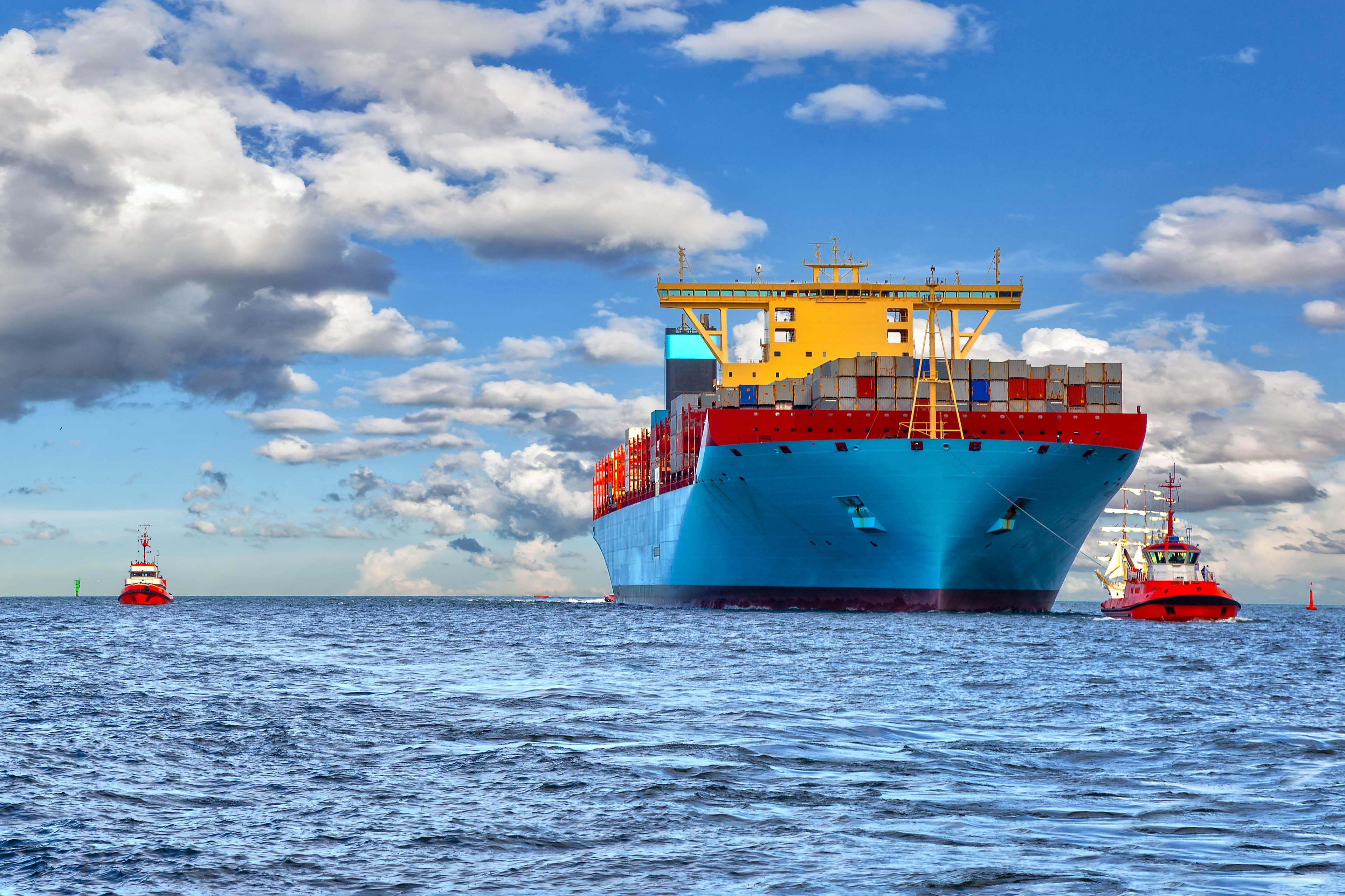 Remolcadores escoltan barco con containers