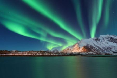 Aurora borealis overmountain