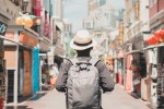EY - Young man travelling with backpack and hat
