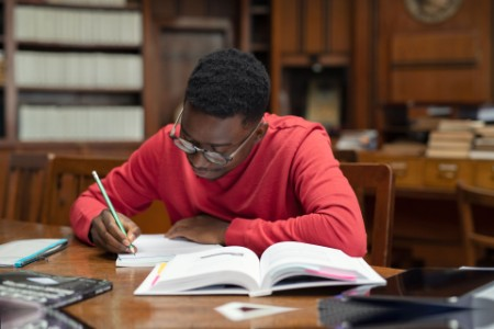 ey-student-in-library-studying