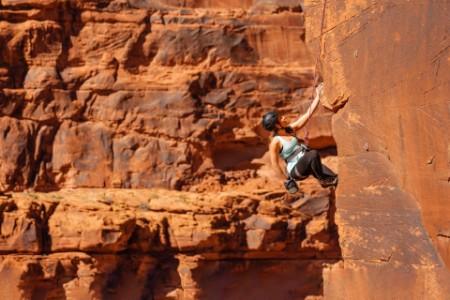 ey-mujer-escalando-roca