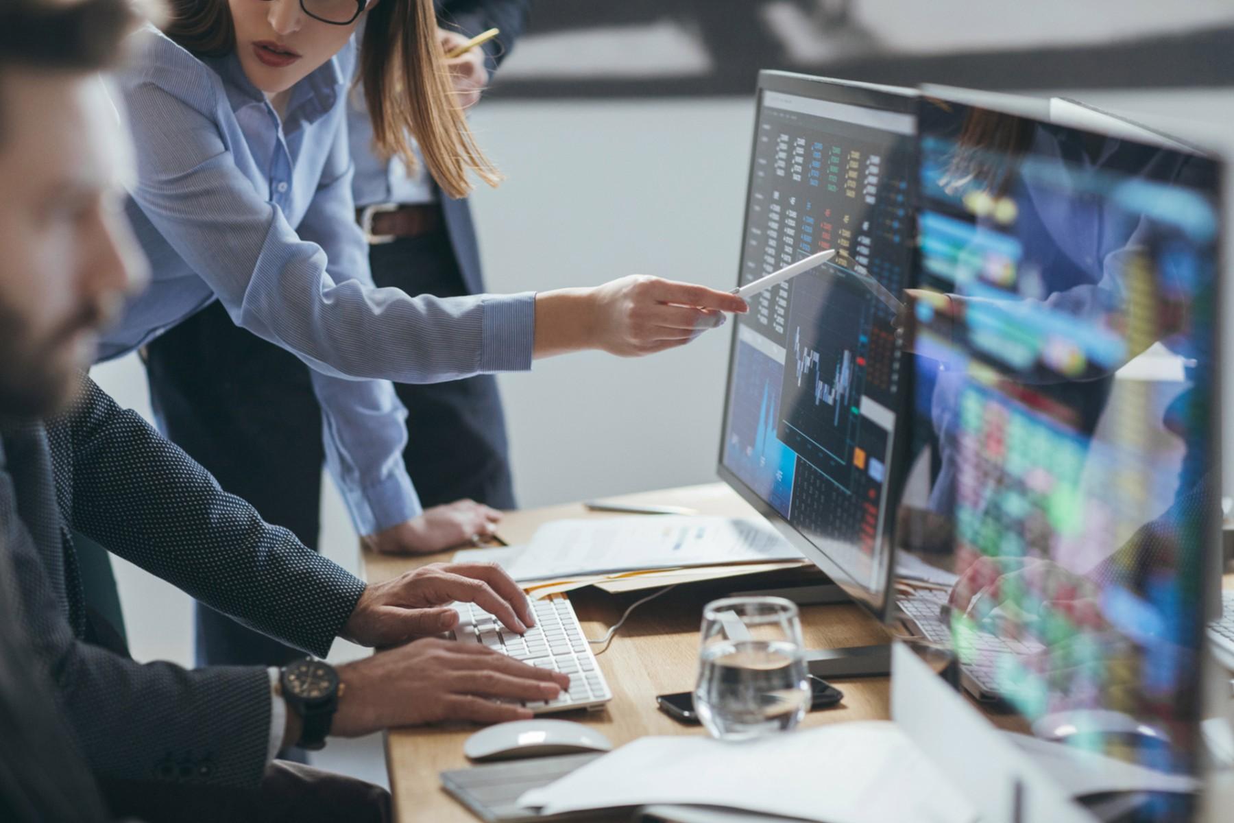 brokers analysing stock market