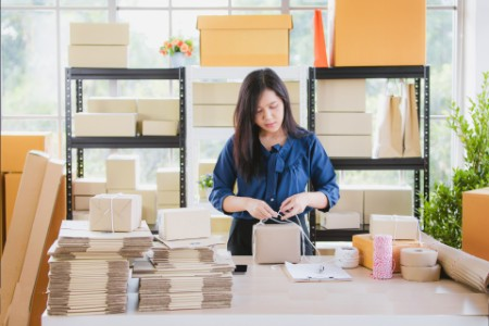 /ey-woman-packing-boxes-ch5