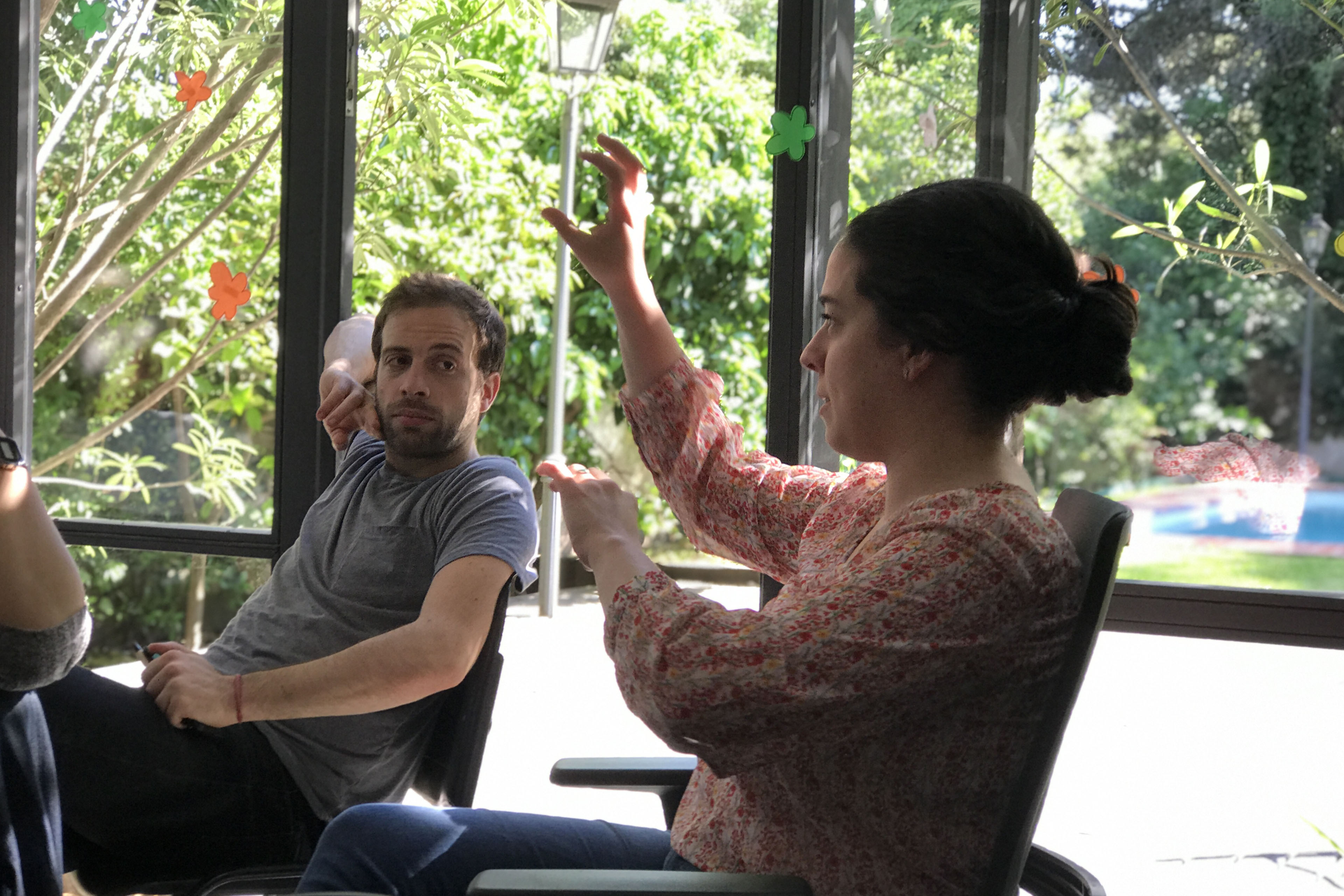 Mujer explicando un proceso sentada en una silla