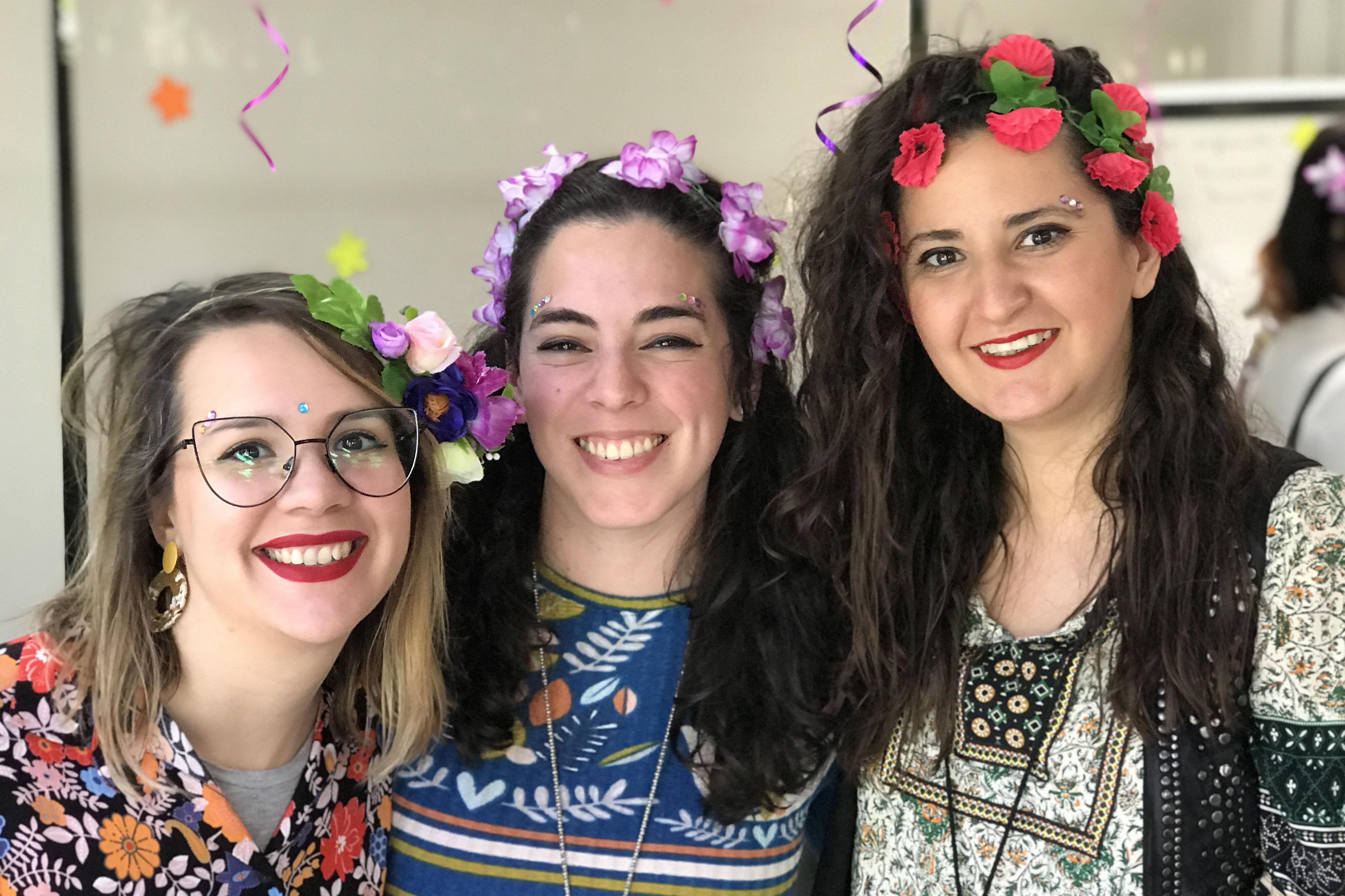 Tres chicas mirando hacia la cámara sonriendo