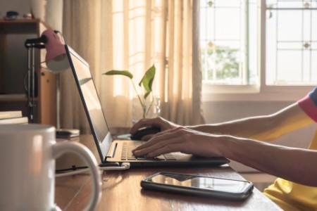 Persona usando la computadora en el escritorio