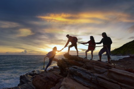 Grupo de gente escalando colinas