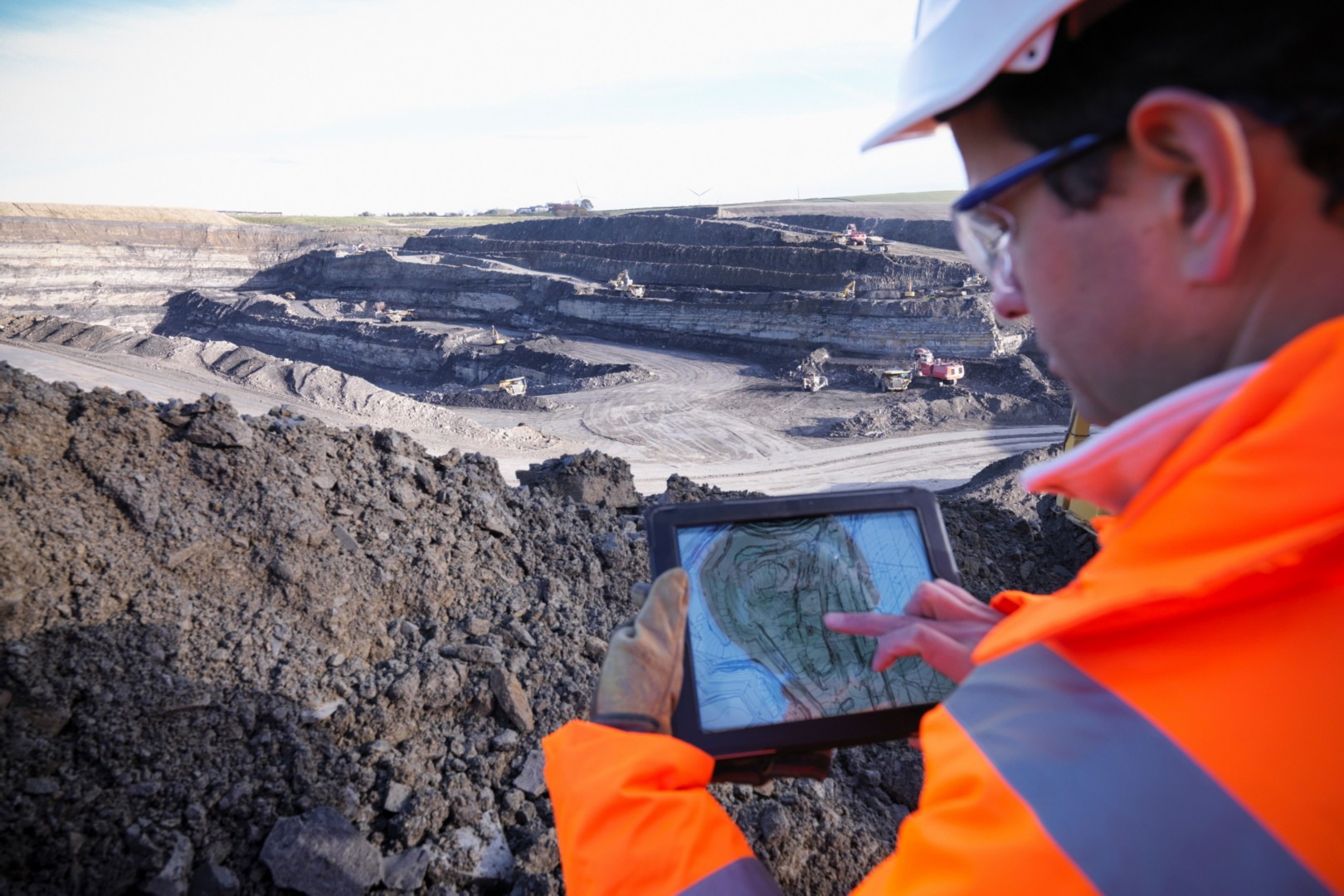 Hombre en una excavación minera