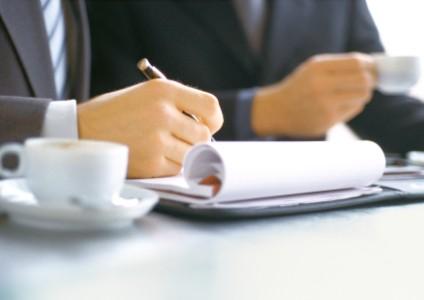 Teşvik makalelerin önemini gösteren not alan iş insanı