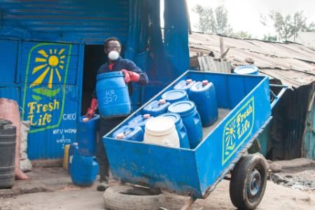 Un trabajador vacía una unidad de sanergy