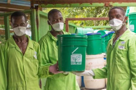Trabajadores de una instalación de suelos en Haití