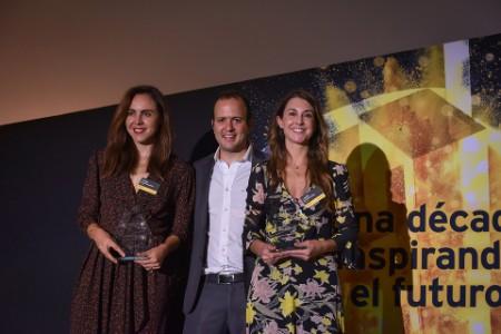 José Shabot entrega reconocimiento a Ytzia Belausteguigoitia y Lucía Martínez-Ostos, de Troquer, finalistas En desarrollo