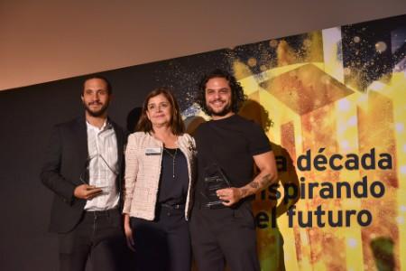 Mónica Flores entrega reconocimiento a Luis Enríquez y Adolfo Cano, de Cultura Colectiva, finalistas En aceleración