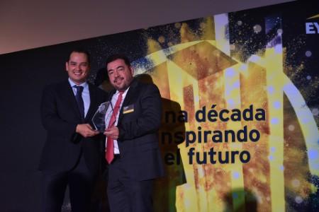 Rafael Gómez entrega reconocimiento a Paulino Decanini, de SisNova, finalista En expansión