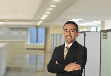 Retrato fotográfico de Juan Luis Guerra