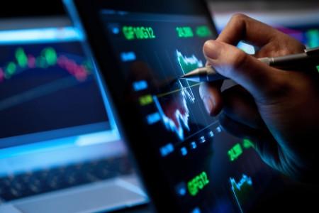 Человек анализирует рынок, используя планшет