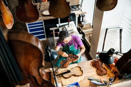 Hegedűs dolgozó a műhelyben