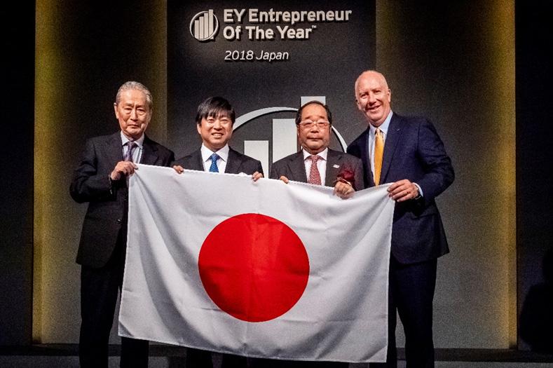 表彰式で日本代表に選ばれた矢野 博丈氏(右から2番目)
