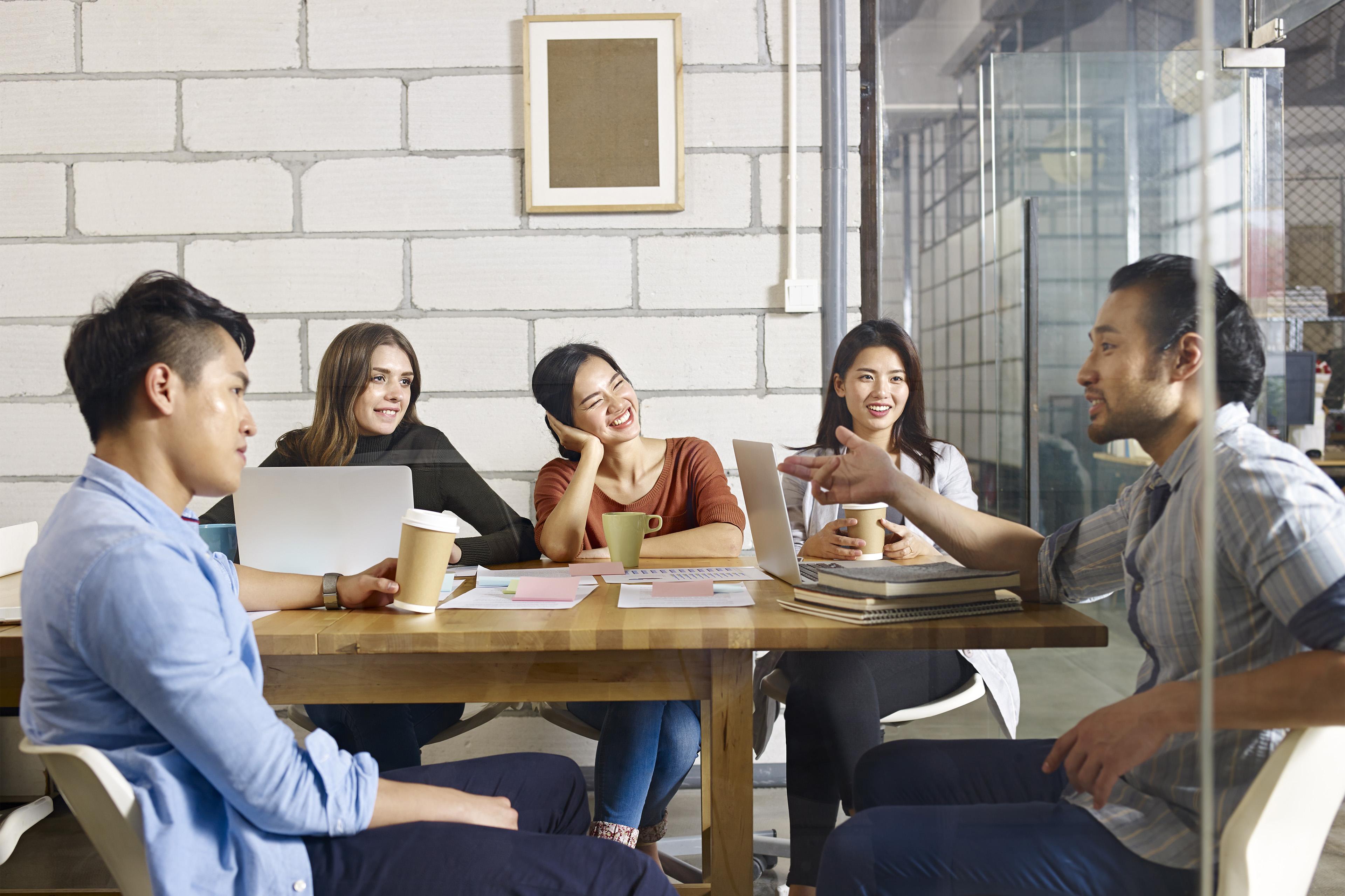 プロジェクトについて議論するグループ