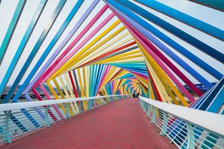 彩虹橋(青島市)でポーズをとる家族