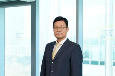 Photographic portrait of Jun Ki Shin