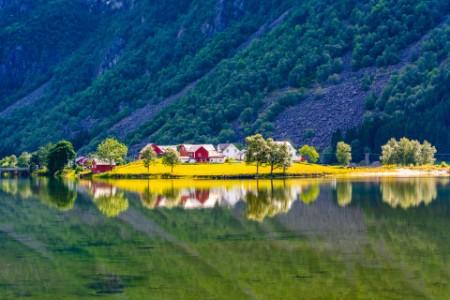 Norge fjord fjell og gård