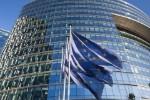 EU-kommisjonen med EU-flagg svaiende i vinden